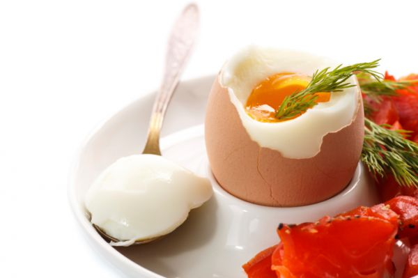 nyers tojás felállítása