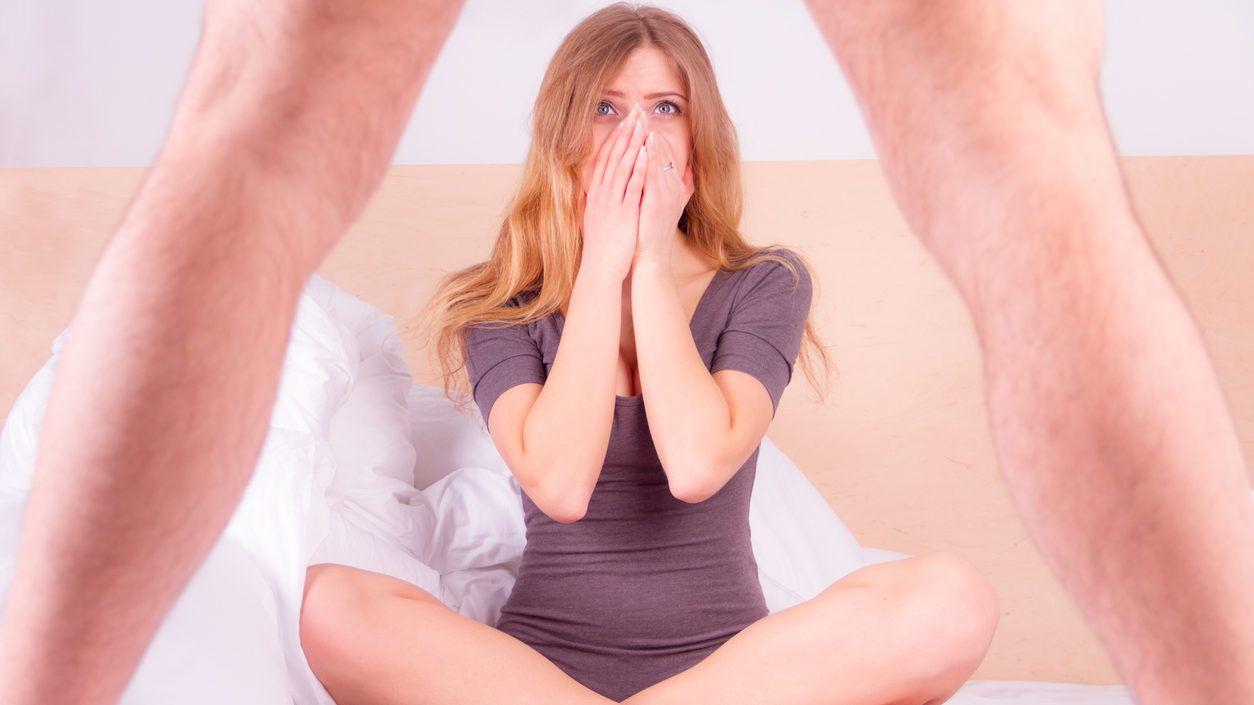 talált egy nagy péniszt egy férfi beilleszti a péniszét egy nőbe